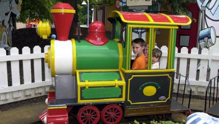 Web-thumbnail-foghorn-leghorn-train-