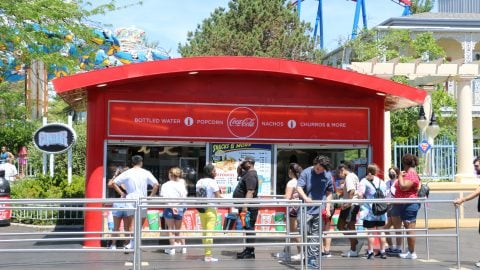guests waiting in front of Condor Snacks in front of the ride Condor at Six flags