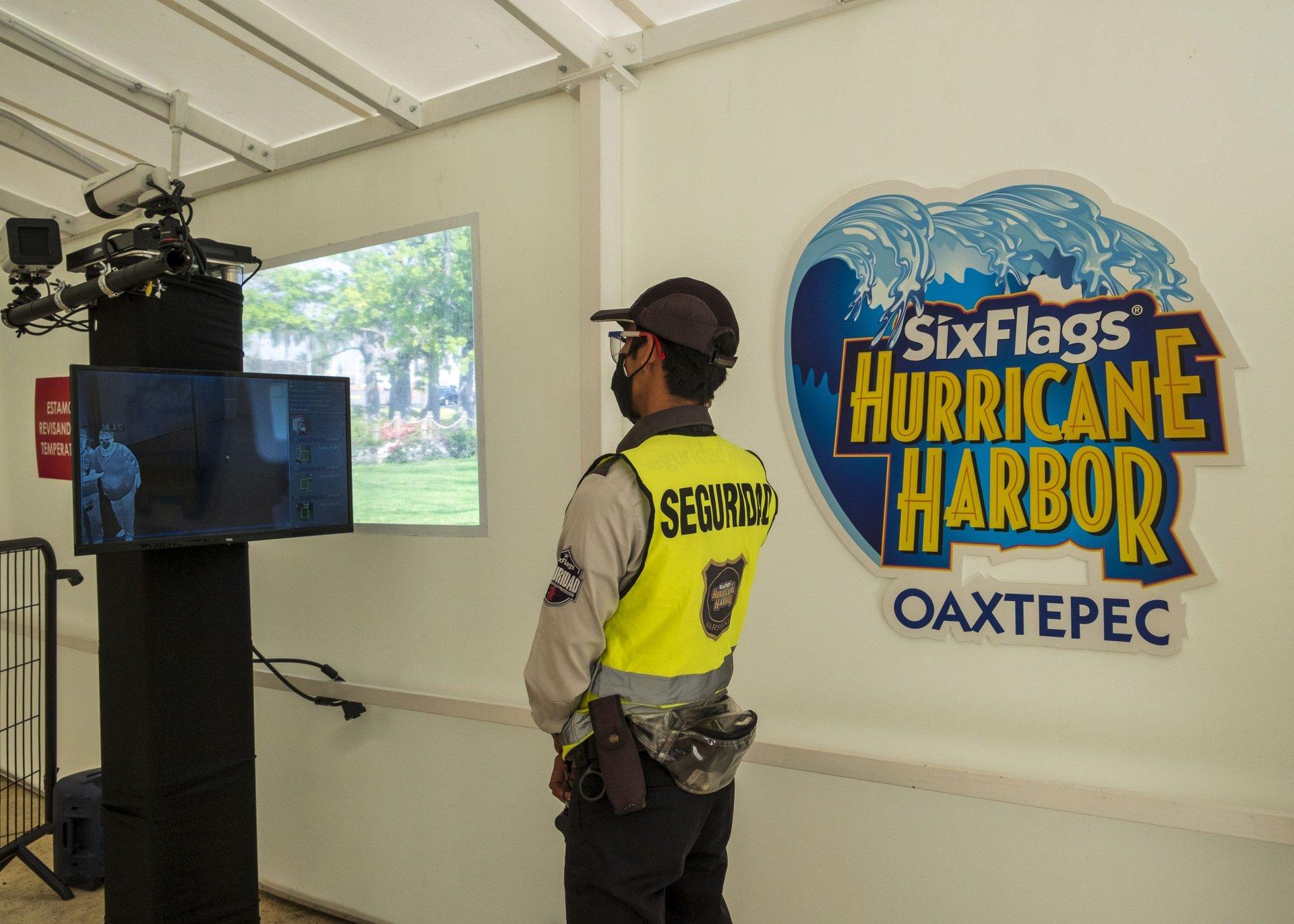 employees at hurricane harbor oaxtepec