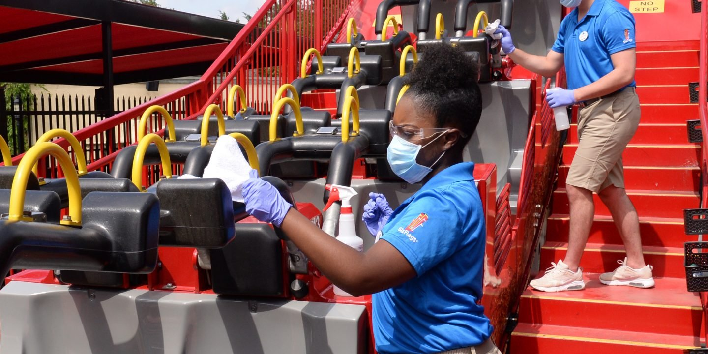 employees-cleaning-ride-4