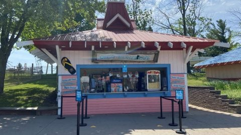 outside of gully washer cafe dining at Six Flags