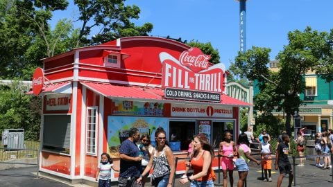 whizzer snacks dining location at Six Flags